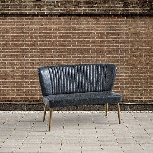 kanapa na drewnianych nogach