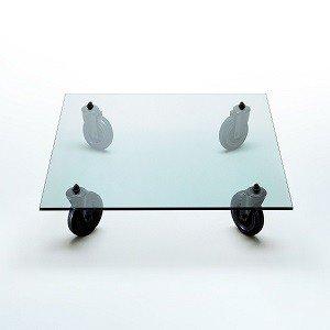 szklany stolik na kółkach